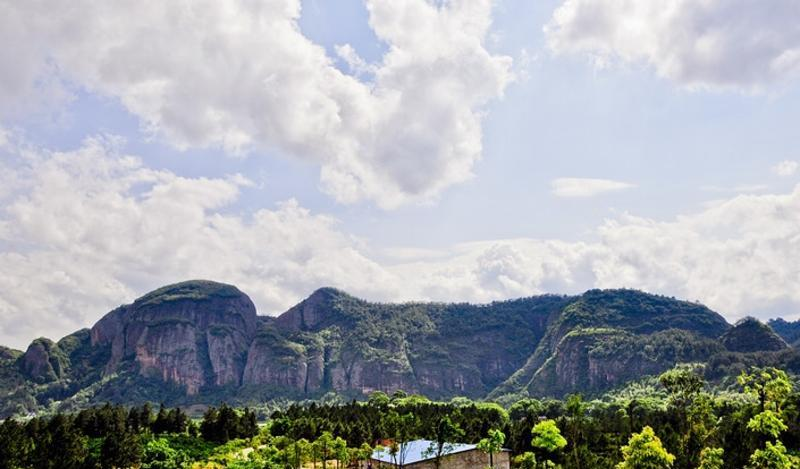 江西汉仙岩风景区为八仙圣地,人间仙境,是一片景观神奇,美不胜收,如入仙境的圣地,自古就有虔南第一山和江南小蓬莱之称。景区内绝壁险峰,自然天成,状比人态,所到之处皆为大自然的艺术作品,令人遐想联翩。是一处融碧水、丹山、古村、温泉、森林为一体,以生态观光、休闲度假、文化体验为主的仙家胜境。