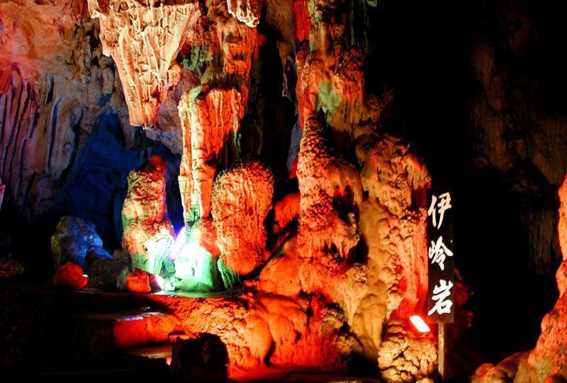 武鸣伊岭岩景点图片