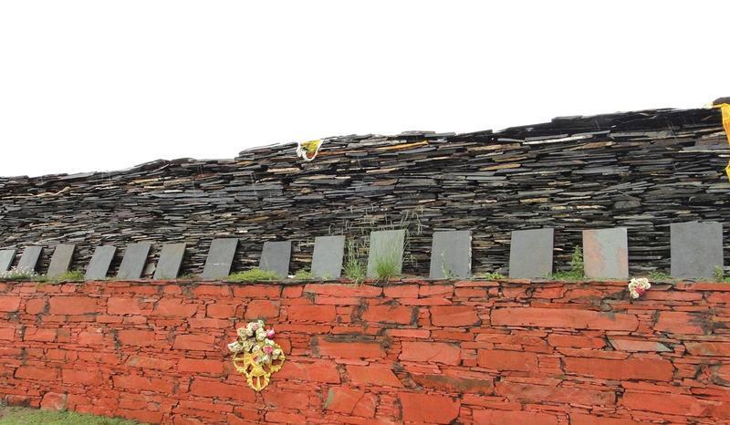 黄南泽库和日石经墙